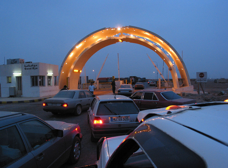 Hundreds of cars pass the  Jordanian border post with Iraq. Many Iraqis who have lived in exile are returning to Iraq for the first time in years.(Australfoto/Douglas Engle)