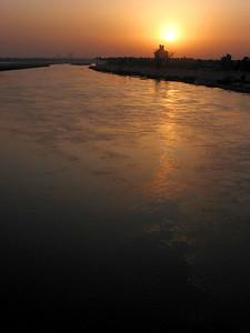 The sun rises over the Tigris River in Baghdad, Iraq.(Australfoto/Douglas Engle)
