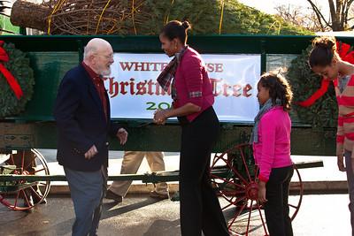 The tree was grown by Eric and Gloria Sundback (standing beside the wagon) of Shepherdstown, W.Va.