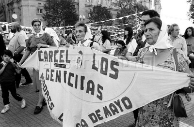 Women, militans of Argentina's Mothers of Plaza de Mayo group, whose children disappeared during the dirty war of 1970s, leads one of the marches in Buenos Aires's Plaza de Mayo, Buenos Aires, Argentina, April 30, 1987. (Austral Foto/Renzo Gostoli)