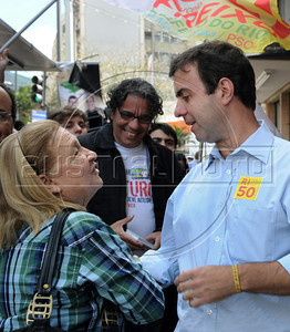 Marcelo Freixo, Rio de Janeiro's municipal candidate for the PSOL party shakes hands with a supporter during a campaign rally in Tijuca district, Rio de Janeiro, Brazil, september 27, 2012. (Austral Foto/Renzo Gostoli)