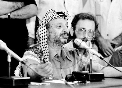 Palestinian leader Yasser Arafat, left, participates at a meeting with Nicaraguan leader sandinist and member of Nicaraguan assembly Daniel Ortega and others members of Government Assembly, Managua, Nicaragua, July 21, 1980. (Austral Foto/Renzo Gostoli)