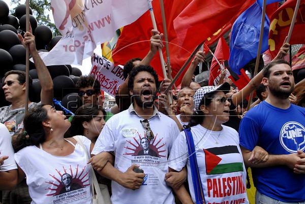 Manifestants protest against the visit of Barack Obama in dawntown Rio, Rio de Janeiro, Brazil, march 20, 2011.  (Austral Foto/Renzo Gostoli)