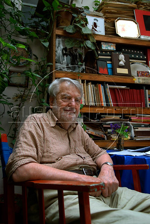 "Argentinian historian and writer Osvaldo Bayer, author of ""The Rebellious Patagonia"" (""La Patagonia rebelde""), (the avengers of the tragic Patagonia), at home, Buenos Aires, Argentina, Dec. 17, 2007.  (Austral Foto/Renzo Gostoli)"