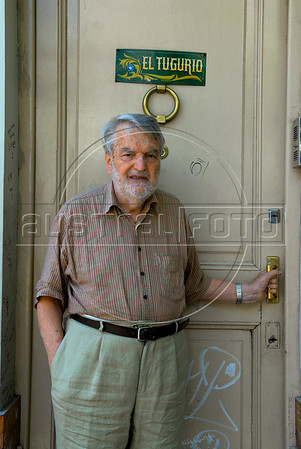 """Argentinian historian and writer Osvaldo Bayer, author of """"The Rebellious Patagonia"""" (""""La Patagonia rebelde""""), (the avengers of the tragic Patagonia), at home, Buenos Aires, Argentina, Dec. 17, 2007.  (Austral Foto/Renzo Gostoli)"""
