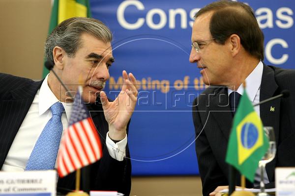 US Commerce Secretary Carlos Gutierrez, left, speaks with Brazilian Development Minister Luiz Fernando Furlan during a meeting in Rio de Janeiro, June 6, 2006.(AustralFoto/Douglas Engle)