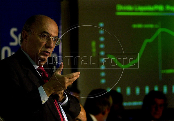 Henrique Meireles, Brazilian Central Bank President, speaks during a business lunch in Rio de Janeiro, Monday, May 19, 2003.  Larry Liebernow, President of American  Chamber of Commerce, participates of the lunch.  (AUSTRAL FOTO/RENZO GOSTOLI)