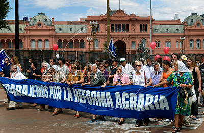 Members of human rights group 'Mothers of Plaza de Mayo',  protest in Plaza de Mayo square, outside the government house, Buenos Aires, Argentina,  December  25, 2008. Protesters demanded to know the whereabouts of their relatives who were detained and disappeared during Argentina's dictatorship 25 years ago, and justice during trials for those responsible for human rights crimes.  The human rights group 'Mothers of Plaza de Mayo' completes today 1600 Thursdays marching in the Plaza de Mayo demanding justice. (Austral Foto/Renzo Gostoli)