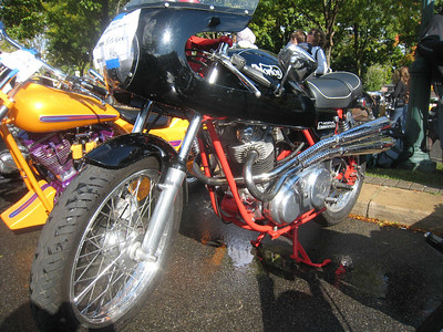 old 850 Norton Commando......gotta like those pipes!