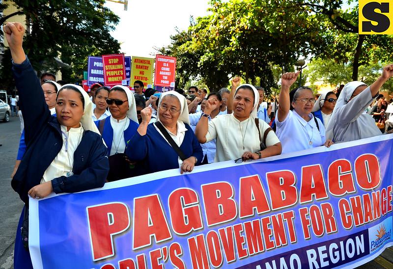 DAVAO. Kabag-uhan maoy singgit sa mga tawo nga miapil sa martsa gikan sa Roxas Avenue hangtud Rizal Park, kuyog sa mga nag-rally aron manawagan nga wagtangon na ang pork barrel sa mga magbabalaod nga tinubdan sa kurapsiyon sa gobyerno, Lunes sa buntag. (Seth delos Reyes photo/Sun.Star Davao)