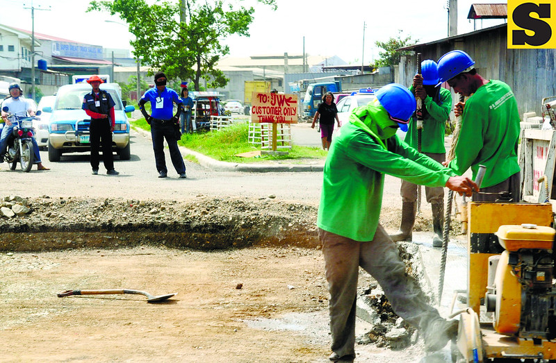 Road repair along Logarta St., Subangdaku, Mandaue city. Mandaue city government said they government implementing the road repair work did not coordinate with them.<br /> <br />              ssd foto / Allan Cuizon