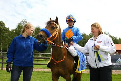 Too Bright Too och Jeff Åkesson i vinnarcirkeln tillsammans med Jane Berg von Linde och Lotta Malmborg | Göteborg Galopp 120630 | Foto: Kent Åkesson