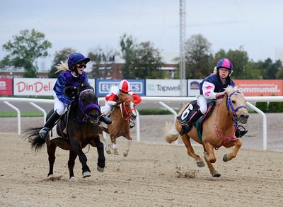 Lilla Vargen och Erica Lindström (t v) vinner före Tora med Simon Turai | Ponny Kat A | Jägersro 110917 | Foto: Stefan Olsson / Svensk Galopp
