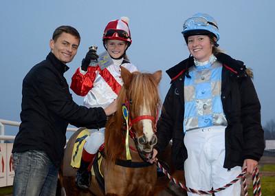 Lopp 1: Tingeling och Sofia Prestis får pris av Per-Anders Gråberg | Jägersro 111106  Foto: Stefan Olsson / Svensk Galopp