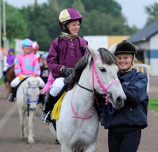 Paloma och Emma Blomberg | Dalva De Oliveira Ponnyserie kat B | Jägersro 120825 |  Foto: Stefan Olsson / Svensk Galopp