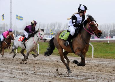 Dennis vinner med Louise Nilsson | TÄBY STALL OCH FODER LÖPNING KAT B | Jägersro 121111 |  Foto: Stefan Olsson / Svensk Galopp