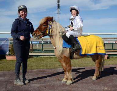 Doris vinner med Kim Gudmundsson | Kat A | Jägersro 130421 | Foto: Stefan Olsson / Svensk Galopp