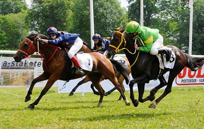 Amorosa vinner med Emelie Persson | Strömsholm 110612 Foto: Stefan Olsson / Svensk Galopp