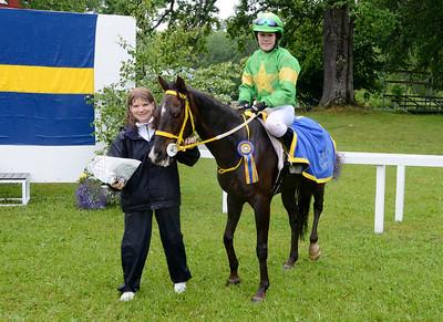 Merveilleux och Linda Svensson Krupke får pris av Helena Mansén. | DALVA DE OLIVEIRA PONNYSERIE KAT C | Strömsholm 120617 |  Foto: Stefan Olsson / Svensk Galopp