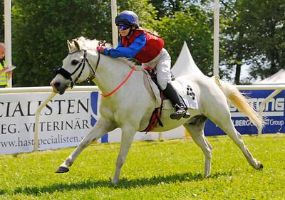 Rathosey Too vinner med Josefin Eleftherakis | Strömsholm 150613 | Foto: Stefan Olsson / Svensk Galopp