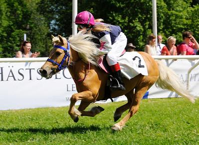 Tora vinner med Audra Von Dalwigk | Strömsholm 150613 | Foto: Stefan Olsson / Svensk Galopp