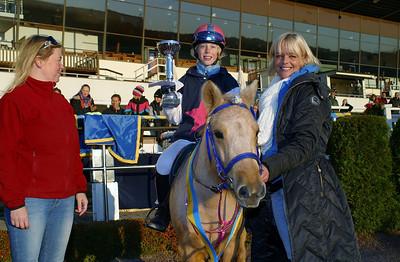 Simon Turai och Tora i vinnarcirkeln i kat A | Foto: Lars Odin