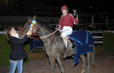 Emma Schillström och Znick Znack i vinnarcirkeln Täby 111030 Foto: Lars Odin
