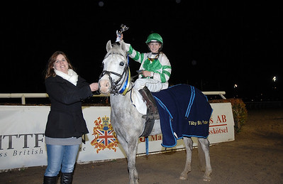 Glad segrare i kat B; Miramiss och Matilde Kvisla Täby 111030 Foto: Lars Odin