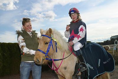 Tora och simon turai får pris av Ninni Westerlund | Täby 120408 | Foto: Lars Odin