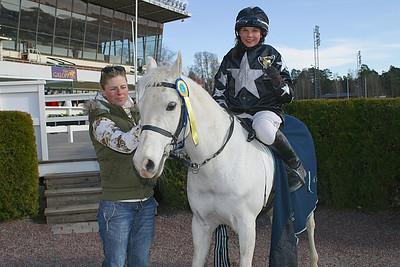 Rathosey Too och Ellen Gorgiev får pris av Ninni Westerlund | Täby 120408 | Foto: Lars Odin