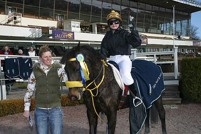 Black Pearl och Elin Gustafsson får pris av Ninni Westerlund | Täby 120408 | Foto: Lars Odin