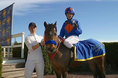 Jeff Åkesson och Too Bright Too får pris av jockey Ninni Westerlund | Täby 120429 | Foto: Lasse Odin
