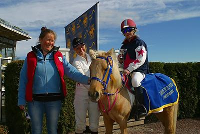 Simon Turai och Tora i vinnarcirkeln med mamma Mia och jockey Ninni Westerlund | Täby 120429 | Foto: Lasse Odin