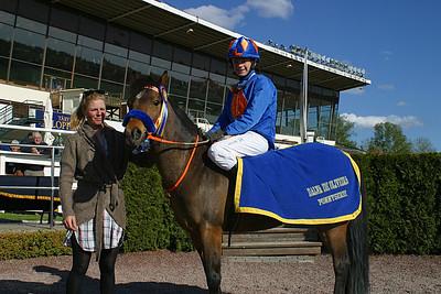 Jeff Åkesson får pris av jockeyn Ninni Westerlund | Täby 120513 | Foto: Lars Odin