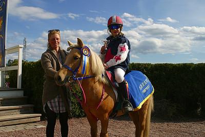 Simon Turai och Tora i vinnarcirkeln med jockey Ninni Westerlund | Täby 120513 | Foto: Lars Odin