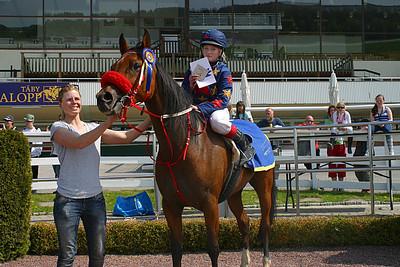 Amorosa och Felicia Hassleborg i vinnarcirkeln med jockey Ninni Westerlund | Täby 120520 Foto: Lars Odin