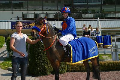 Jeff Åkesson och Too Bright Too får pris av jockeyn Ninni Westerlund | Täby 120520 Foto: Lars Odin