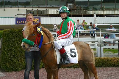 Maja Williamsson och Loppan får pris av Ninni Westerlund | Täby 120520 Foto: Lars Odin