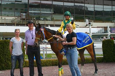 Poker Face och Madeleine Jardby i vinnarcirkeln med  pappa Peter och mamma Gisela | Täby 120520 Foto: Lars Odin