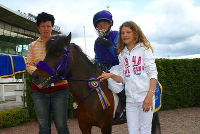 Erica Lindström och Lilla Vargen togs emot av tränare Veronica Jönsson och får pris av Melissa Juneskans. | Täby 120610 | Foto: Lasse Odin