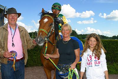 Madeleine Jardby och Poker Face i vinnarcirkeln med föräldrar Gisela och Peter Jardby, prisutdelare är Melissa Juneskans | Täby 120610 | Foto: Lasse Odin
