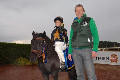Melissa Juneskans och Mr X  får pris av Bo Ahlqvist efter segern I kat A consolation | Täby 121014 | Foto: Lars Odin