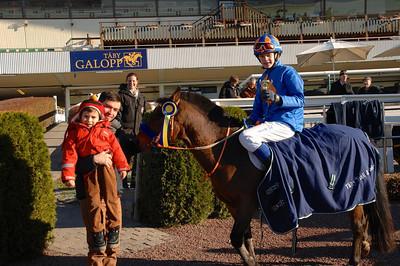 Jeff Åkesson och Too Bright Too får pris av jockey Manuel Martinez och hans son Elias Foto: Lars Odin
