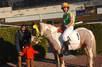 Klara Skantze och Munsboro Colgun får sitt tredjepris av jockey Manuel Martinez och hans son Elias. Foto: Lars Odin