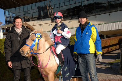 Simon Turai och Tora i vinnarcirkeln efter segern i kat A Foto: Lars Odin