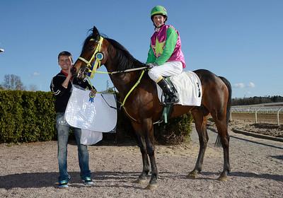 Look Sharp och Matilda Hassner  i vinnarcirkeln med jockey Per Anders Gråberg | Täby 130505 |  Foto: Stefan Olsson / Svensk Galopp