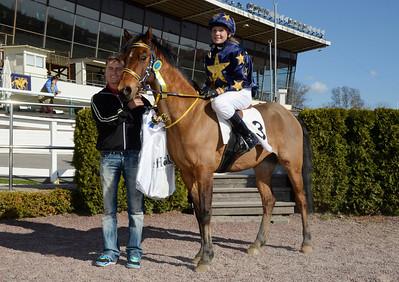Melissa Juneskans och EG Bernouilli i vinnarcirkeln med jockey Per Anders Gråberg | Täby 130505 | Foto: Stefan Olsson / Svensk Galopp