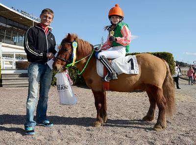 Alexandra Lane och Kevin i vinnarcirkeln med jockey Per Anders Gråberg | Täby 130505 |  Foto: Stefan Olsson / Svensk Galopp