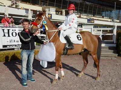 Fräsige Frippe och Fanny Malmström i vinnarcirkeln med jockey Per Anders Gråberg | Täby 130505 |  Foto: Stefan Olsson / Svensk Galopp