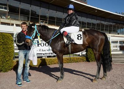 Son of River med Julia Kunkel i vinnarcirkeln med jockey Per Anders Gråberg | Kat D | Täby 130505 |  Foto: Stefan Olsson / Svensk Galopp